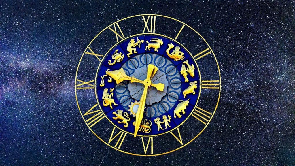 täysikuu horoskooppi eläinradan merkit kellotaululla taustalla tähtitaivas