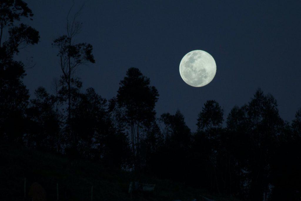iso täysikuu tummalla yötaivaalla horoskooppi